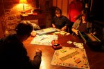 Grupa osób grających w planszówkę